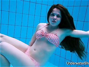 gorgeous gal flashes uber-sexy assets underwater