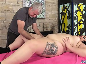 A masseuse Turns a massage into an climax Session for bbw Calista Roxxx