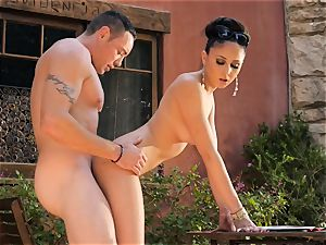 Ariana Marie jacks a waiters meatpipe in the great outdoors